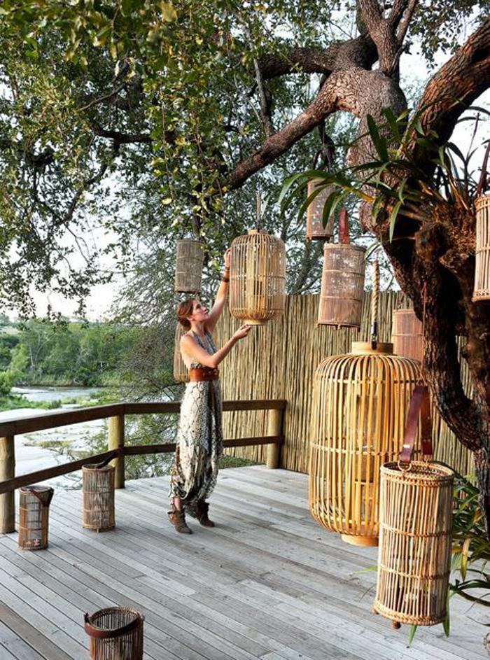The Bushveld innkeeper preparing the deck for dinner